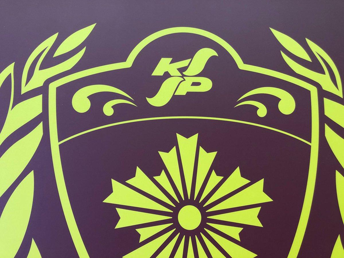 """【#未満警察 日誌】 こちらは、カイくん(#中島健人)ジロちゃん(#平野紫耀)が所属する警察学校👮♂️👮♂️の校旗です🏳ちなみに、この校旗に書かれている""""KP""""(Kanagawa Police)の文字を見た平野さんは、「警察(K)ポリス(P)ですか"""