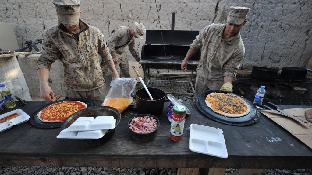 アフガンでピザを焼くアメリカ軍、砂漠でパスタを茹でるイタリア軍やどこでも米を炊く日本軍やいかなる状況下でも紅茶を淹れるイギリス軍的なミームを感じさせる