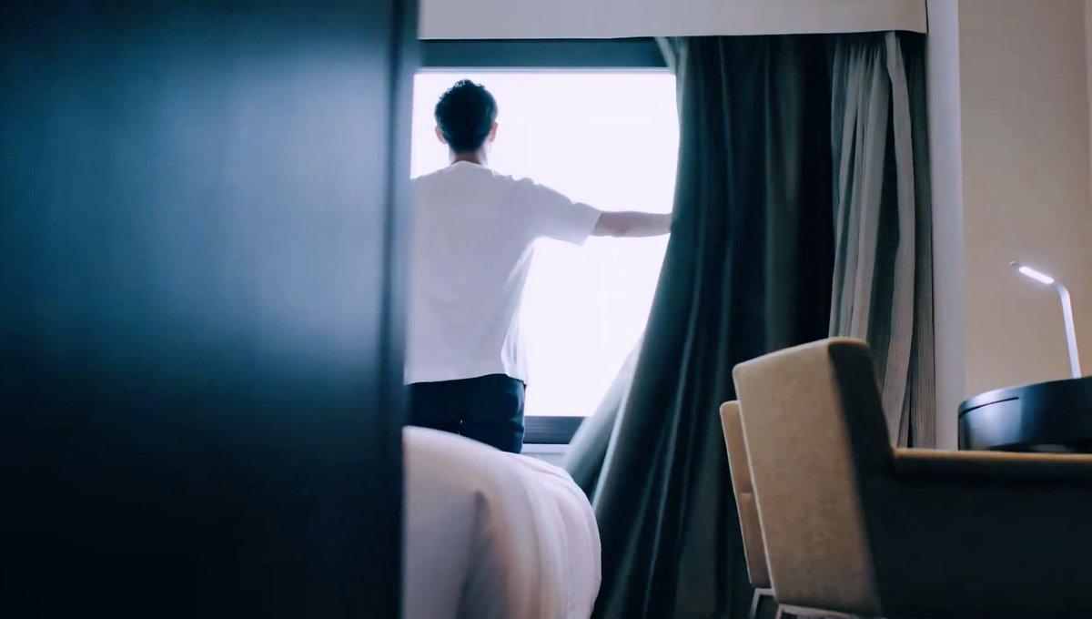 これはホテルメッツ秋葉原のイメージムービーで朝起きて外の光を入れる場面と、ホテルメッツ秋葉原で実際に外の光を入れると見えてくる景色