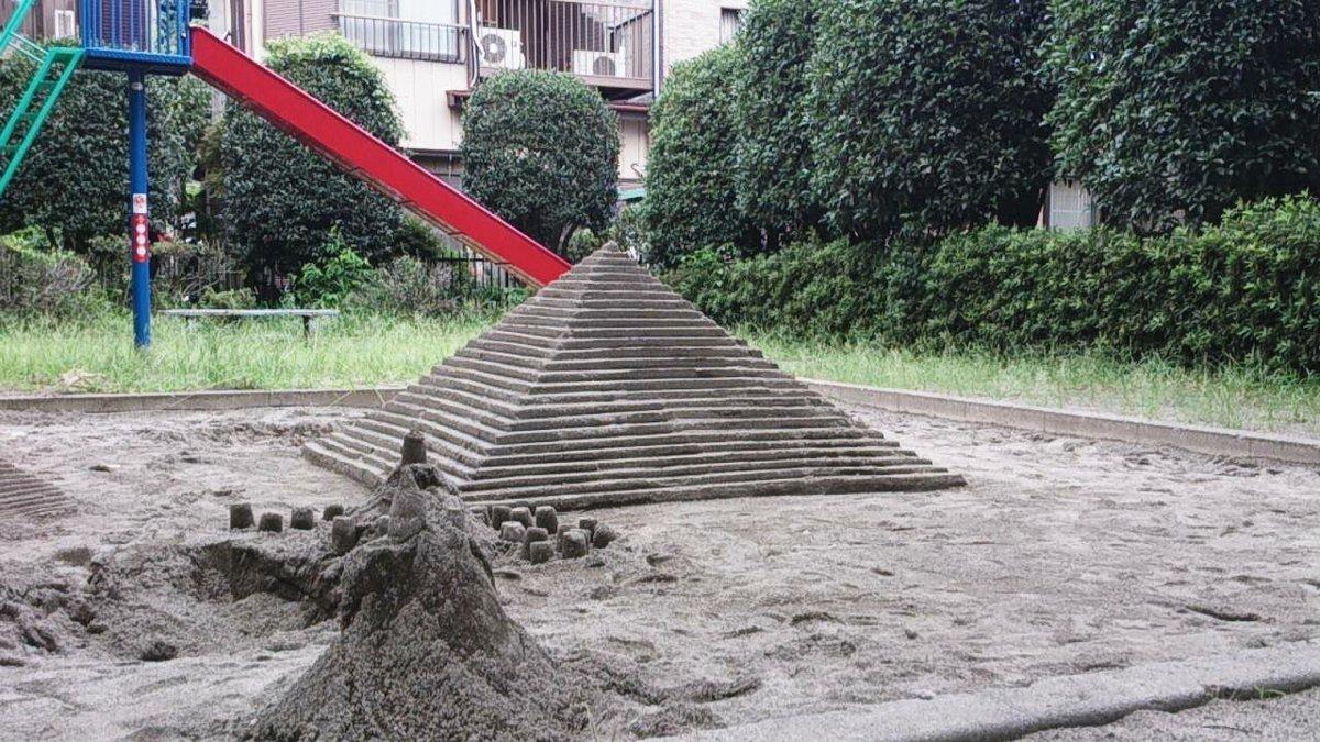 砂場の砂でマヤ文明のピラミッドを作る強者がおるとは