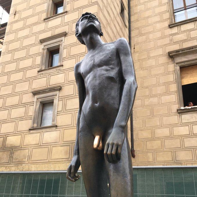 おっぱいパネルに対してちんちんパネルを置いた場合、ちんちんを積極的に触りにいく人はいない……という意見も見たのだが、チェコのぷらはちほーの全裸青年の銅像はみんなちんちんばっか触るせいでちんちんだけキラッキラなのだ