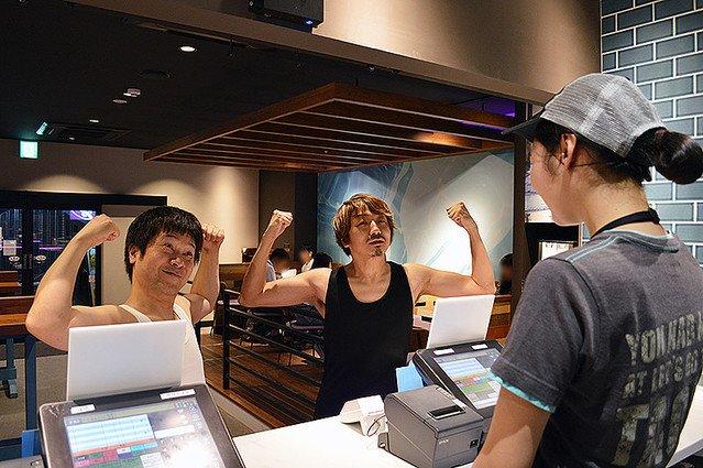 【困惑】タコベル新メニュー、タンクトップで買えば半額   タンクトップを着用し、レジで両腕の筋肉を見せつけながら「最強のネイキッドチキンタコを食べたい