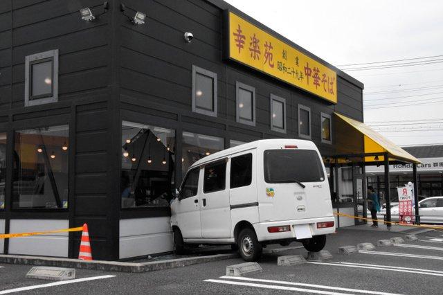 【壁に激突】群馬の幸楽苑に車突っ込む 運転の77歳含む4人が軽傷   運転の男性は食事のために同店を訪れ、駐車しようとしていたという