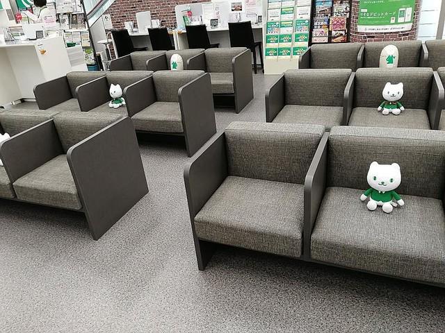 りそにゃが座っているため客が真ん中に座ることはないという