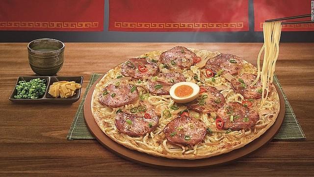 【食べたい】台湾ピザハット、世界初の「ラーメンピザ」を発表