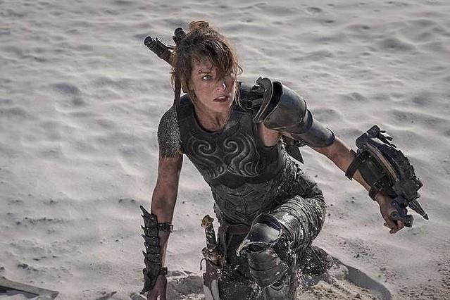 【鬼人化期待】映画『モンスターハンター』でミラ・ジョヴォヴィッチは双剣を使用   双剣が採用された理由は、ゲームでミラが双剣を使っているからとのこと
