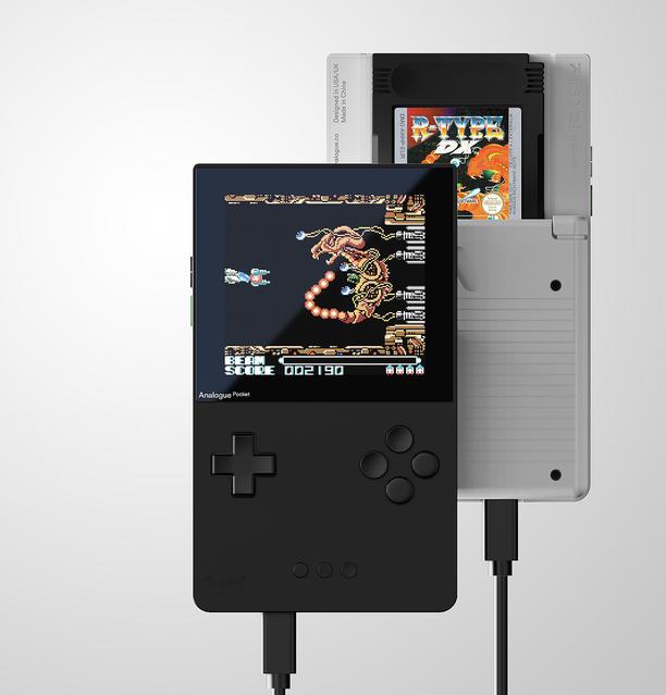 【懐かしの】GB・GBC・GBAのソフトが遊べる携帯ゲーム機の互換機が4日より予約開始   専用のアダプターでゲームギアやネオジオポケットカラーなどのカートリッジも接続できる