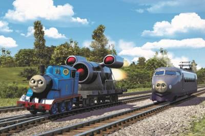 劇場版『きかんしゃトーマス』   新たに公開された場面写真には、発明品のロケットブースターを背負ったトーマスや「世界最速のケンジ」の姿も
