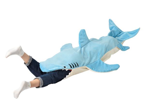 【ガブッ】サメに丸呑みされたような気分になれる「マーメイドブランケット」登場