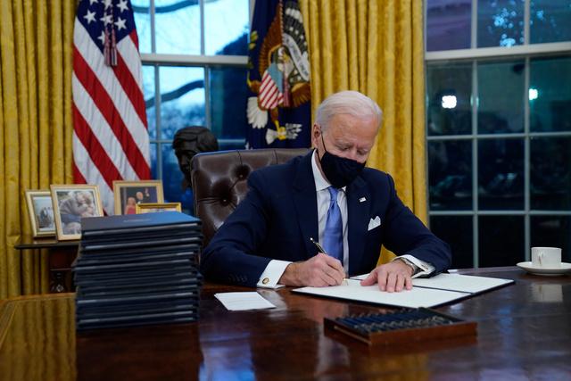 【話題】大統領執務室の赤いボタン、バイデン氏が撤去 押すとダイエットコーク   AP通信などによると、ボタンはトランプ氏の在任期間中、机の上に置かれ、それを押せば「ダイエットコーク」が執務室まで運ばれてきたという