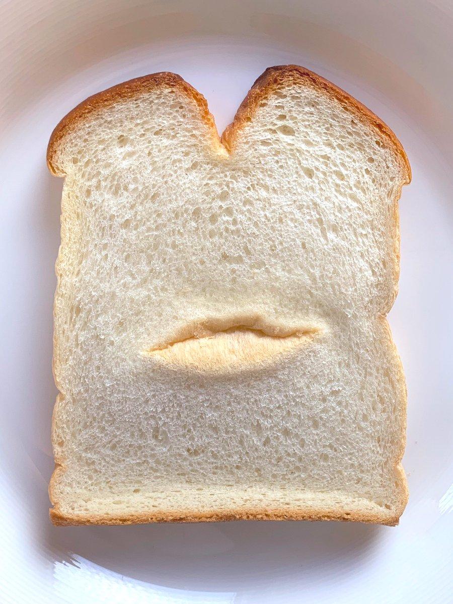 食パンに唇!なかなか食べられない…