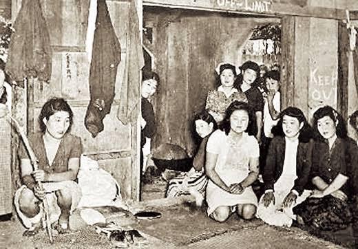 韓国のマスコミが『日帝従軍慰安婦』と報じた写真だが、右側の壁に『Keep out』の英字が