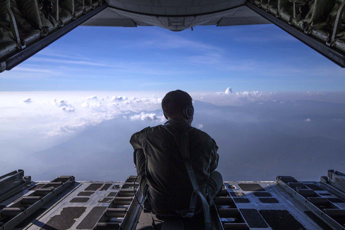 海兵隊のKC130(空中給油機)の機体後部にある出入り口から見る雲海