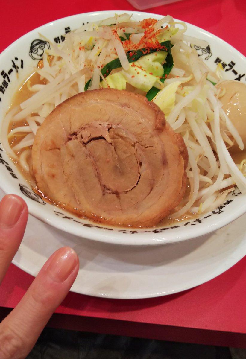 次郎ラーメン初めて食べた🍜太麺なのね✨