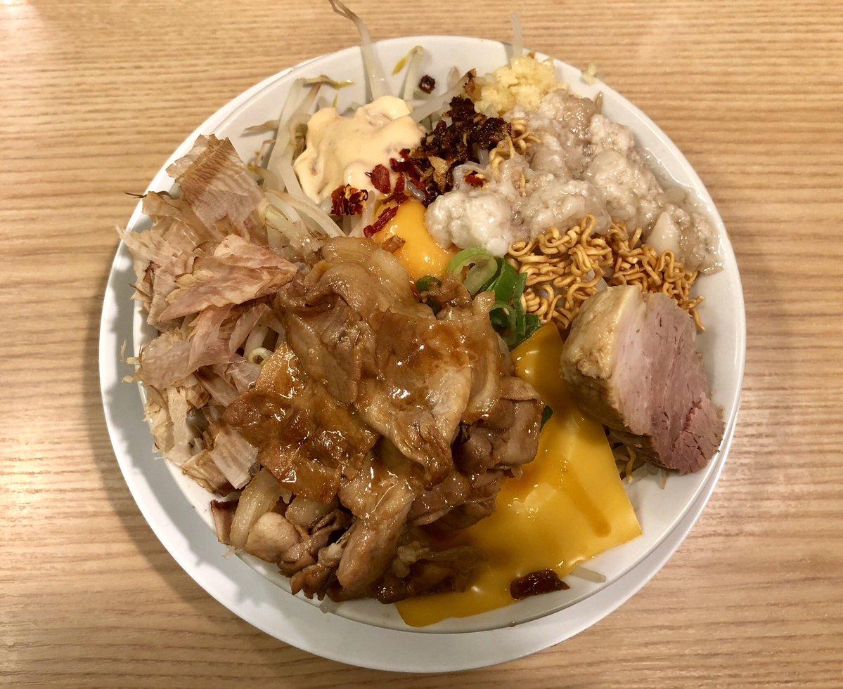らーめんキッチン No,31@古河市 肉のせまぜそば(中)+全部のせ 未ツイート ジャンクさ満点のまぜそばに甘辛の豚バラが😍 ジャンクな見た目に反して少し物足りなさを感じる大人しめな味付け😃 最後は天かすがのったスープ入りライスでお茶漬け✨味が薄かった😫 2ヶ月間で2回も値上げしてコスパ的に😭
