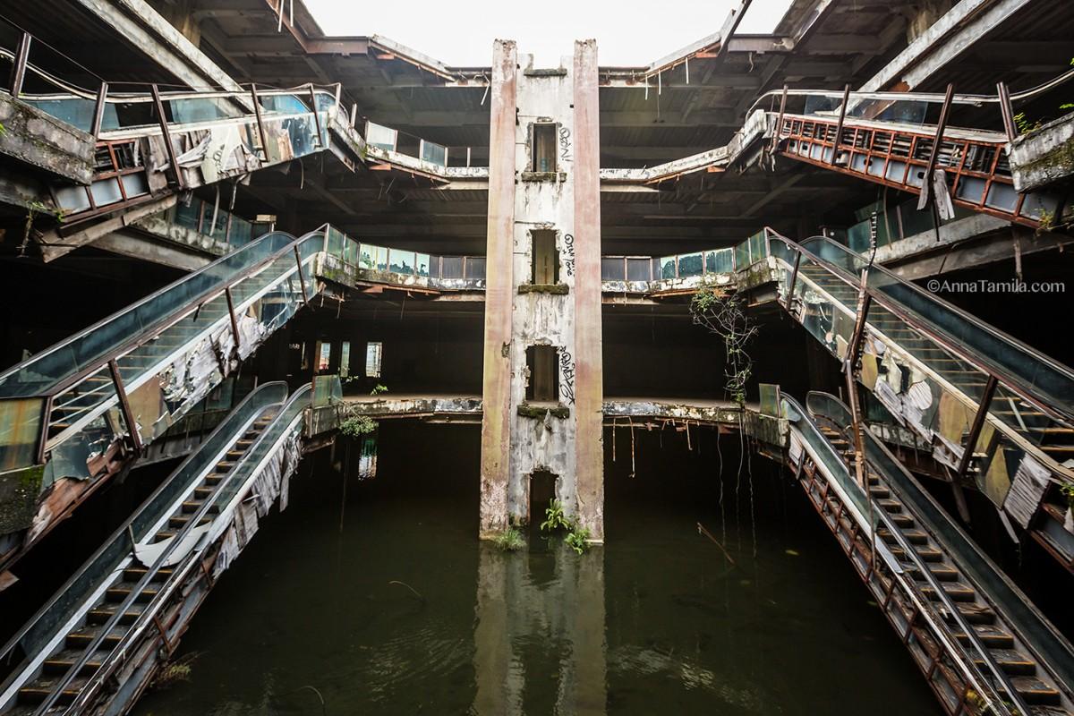 バンコクのショッピングモール跡らしいんですけど、閉鎖された後に屋根が抜けて水浸しに…で、蚊の繁殖地になっちゃったんで近くの人達が魚投入して、ボウフラとか食わせようとして…こうなったらしいです