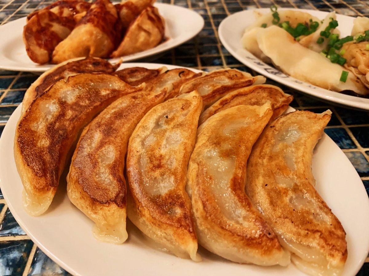 普通の餃子より2倍くらい大きい焼餃子は噛んだ瞬間に肉汁が溢れる
