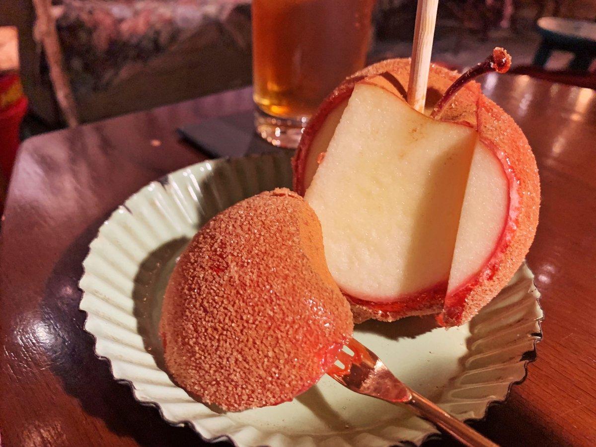日本初のリンゴ飴専門店として有名なお店で、可愛らしい雰囲気の店内で絶品リンゴ飴を堪能できます