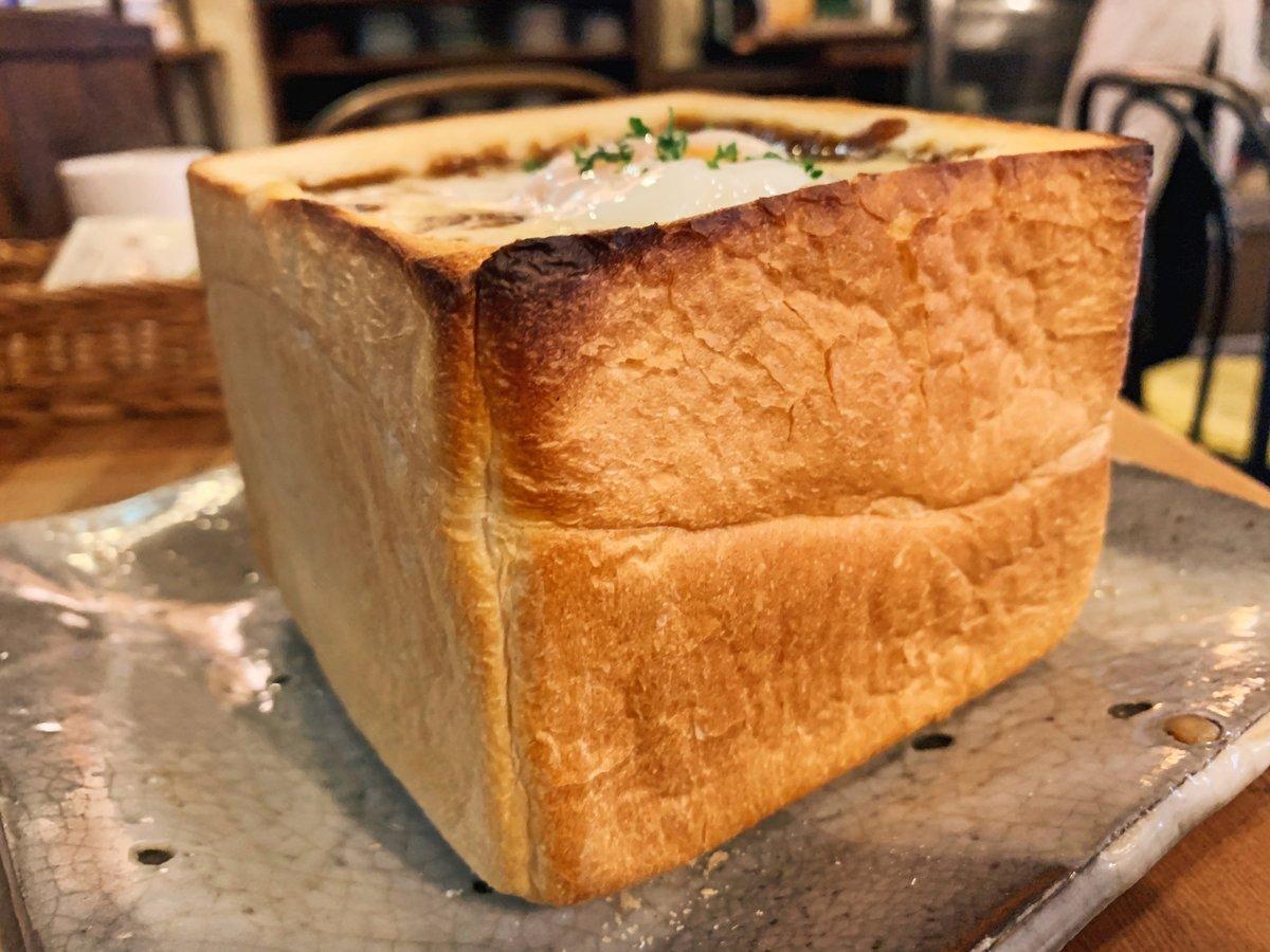サクサクに焼き上げたトーストの中身をくり抜いてカレー&チーズで蓋をした贅沢トースト