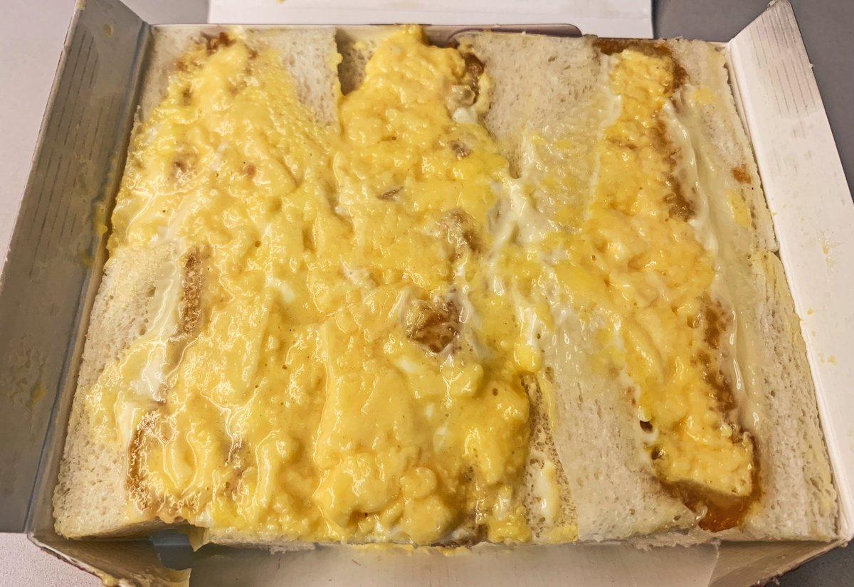 パンの間にたっぷりの玉子とマヨを挟んでいて、カツのサクッとした食感がアクセントに