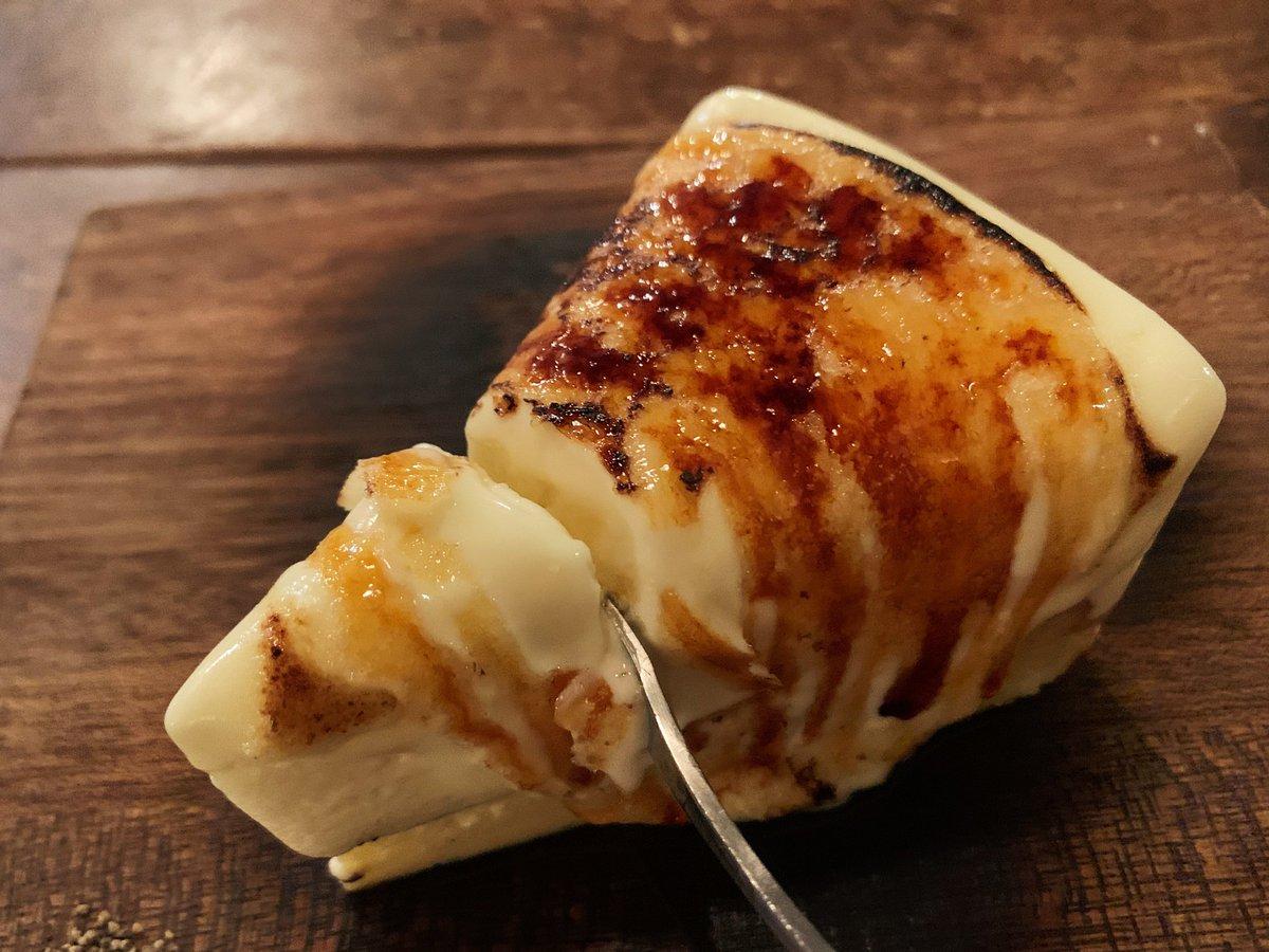 表面をバーナーで香ばしく炙るとレアチーズが溶け出して二層のチーズケーキが混ざり合う珠玉のスイーツ