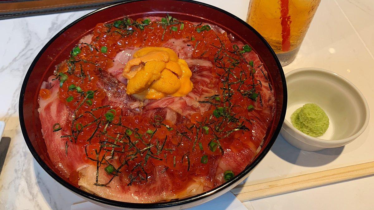 ツヤツヤ輝く脂の乗ったお肉は全身に衝撃が走るほどの柔らかさ