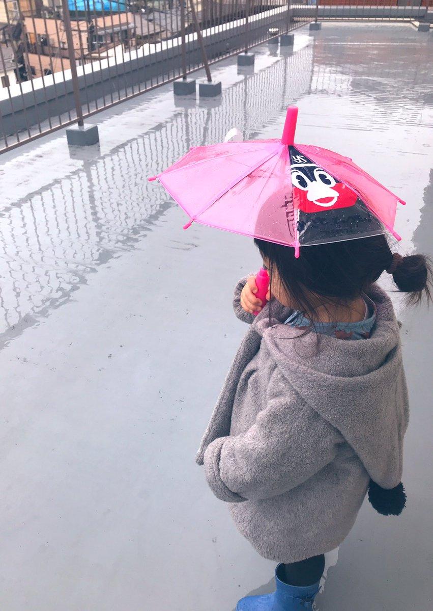 1〜2歳の子供が傘を持ちたがるけど、手を繋げず危なっかしい