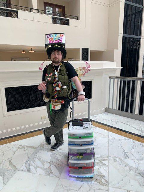 コスプレイベント会場で、コスプレ衣装を修理するリペアマンがアメリカのイベントにいました