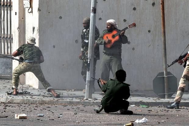 味方にバフをかけるリビア人