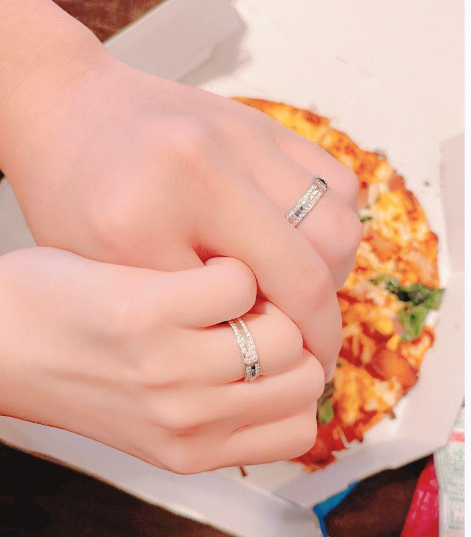 結婚しました といってもかなり前に結婚してたのですが 指輪がやっと出来たので報告が遅れました これからも応援してくれると嬉しいです 生まれて初めてのアクセサリーでしたが これで陰キャ卒業します 左手がうずく…魔力を感じる この指輪は我の力を増幅してくれるようだ