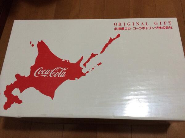 コカコーラ社の ギフトパッケージには 北方4島が 日本の領土として描かれている  コカコーラ社が出している 日本茶の「綾鷹」のCMでは お辞儀をする際に 脇を広げず 掌をおへそのあたりに置かず ごく普通に昔から行われている 日本の商人のお辞儀をしている  こんな企業を応援したい