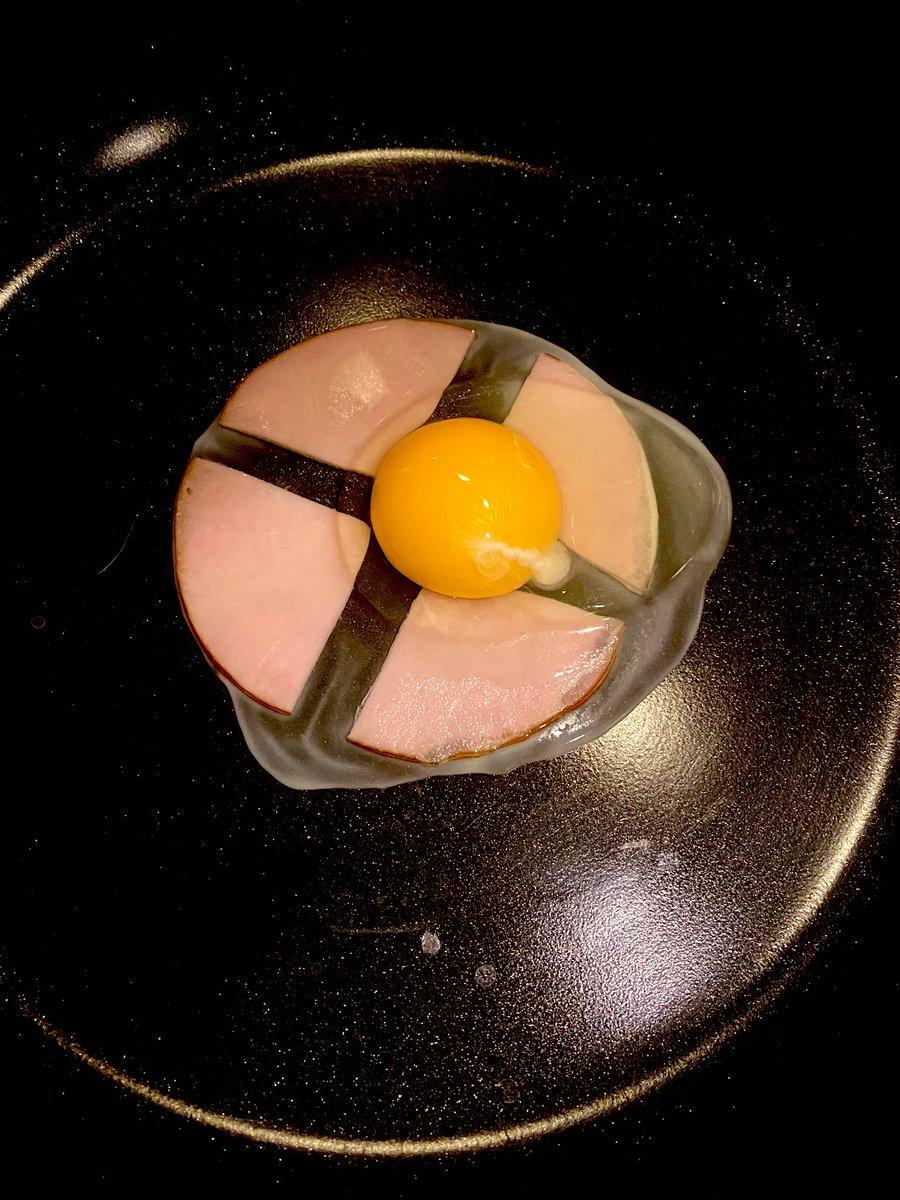 ハムエッグ作る時にハムをこう切れば卵が横流れしにくいし圧倒的に食べやすいということに何故この歳まで気付かなかったのか