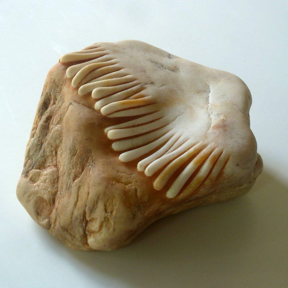 花崗岩などを彫り、石に見えないような質感を与える