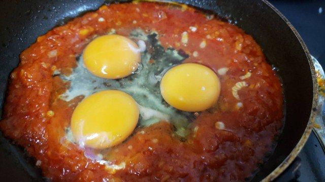 トマトソースが絡むとスクランブルエッグはここまで旨くなる  「ストラパッツァータ」  にんにく1片、玉葱1/8個はオリーブ油大さじ1で炒めトマト缶半分、コンソメ小さじ1、塩胡椒し煮詰める  真ん中を開け、卵三個割りいれスクランブル状にし全体を混ぜオリーブ油をかけ完成  超お手軽ギリシャ料理