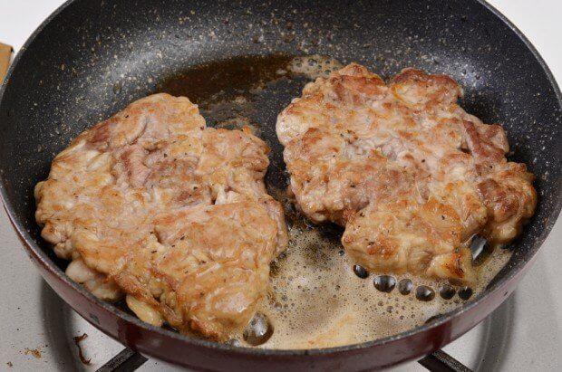 安い豚こま肉がいきなりにステーキになってしまう魔法のレシピ  「豚こまステーキ」  豚こま200gに片栗粉小さじ2、酒大さじ1、塩胡椒を入れ捏ね成形します  バター10gでじっくり焼き皿に盛り、醤油、酒、みりん大さじ2ずつと砂糖小さじ1、おろし生姜5gと味の素2振り煮詰めたタレをかけ完成