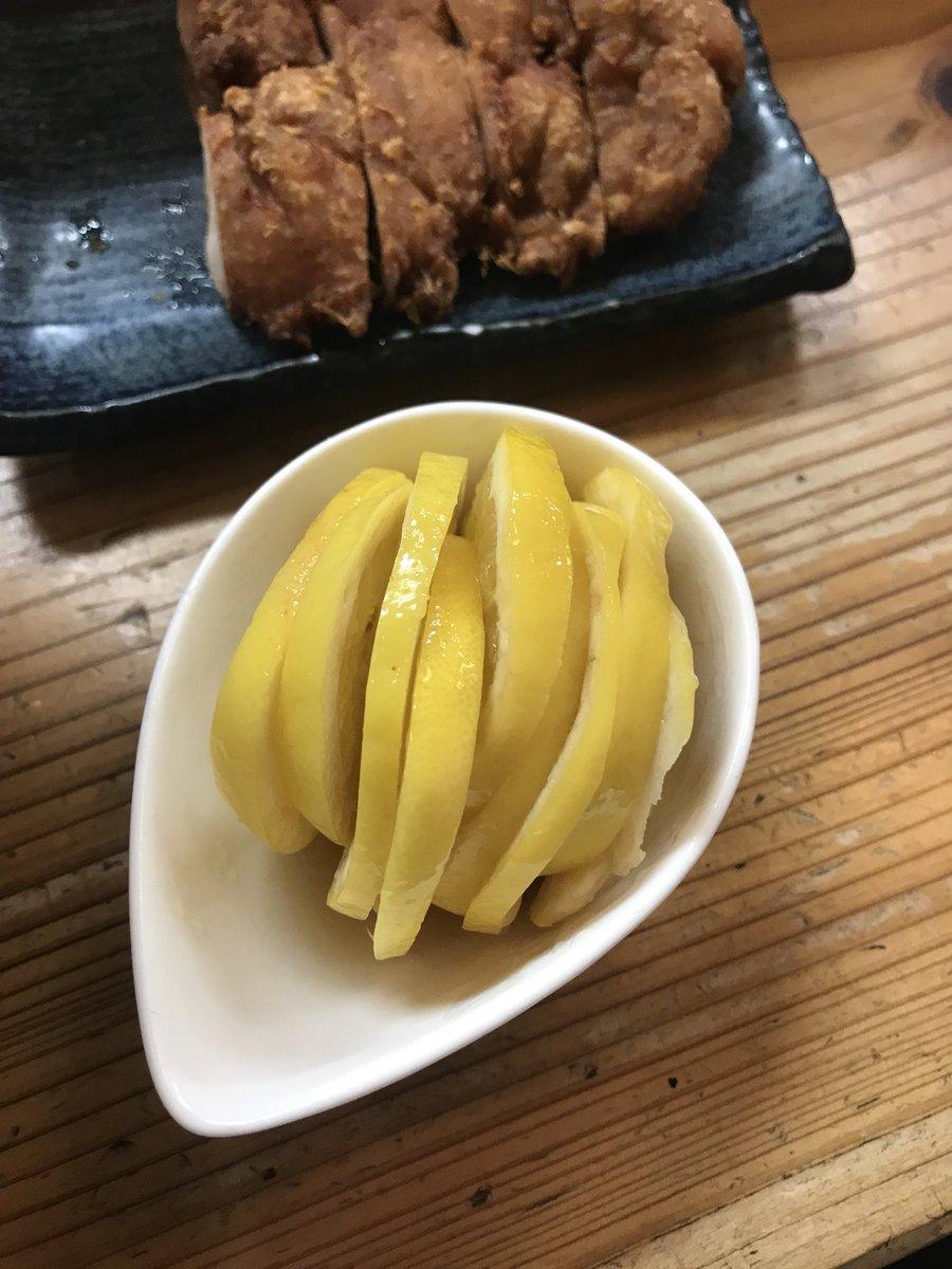 江東区大島 りんすず食堂 レモンラーメン+鶏天 1050YEN 味濃いめの蕎麦汁のようなスープにレモン1玉丸ごとスライス、そしてカラッと揚がった鶏天 まぁ優勝なわけですよ