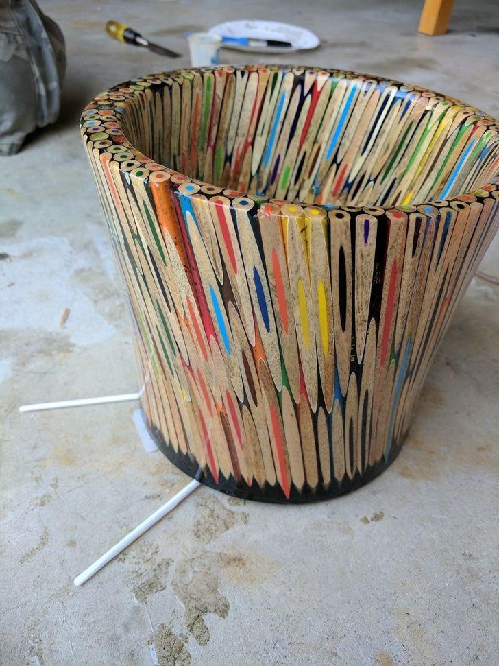 色鉛筆で作られた作品。鉛筆の色んな断面の見せ方が有って面白い。