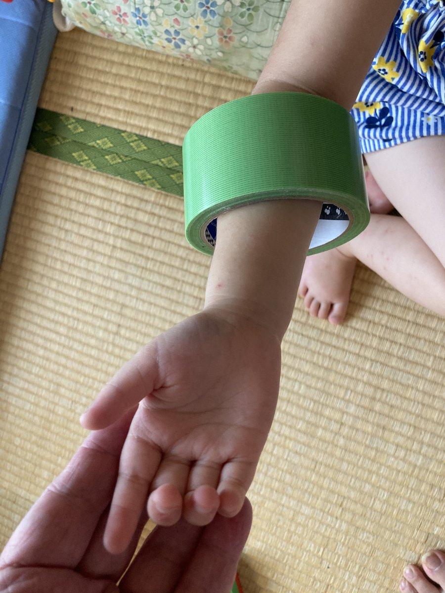 養生テープにしか見えないと噂の常盤貴子さんのブレスレット、 幼女に養生テープつけてもらって比較してみた