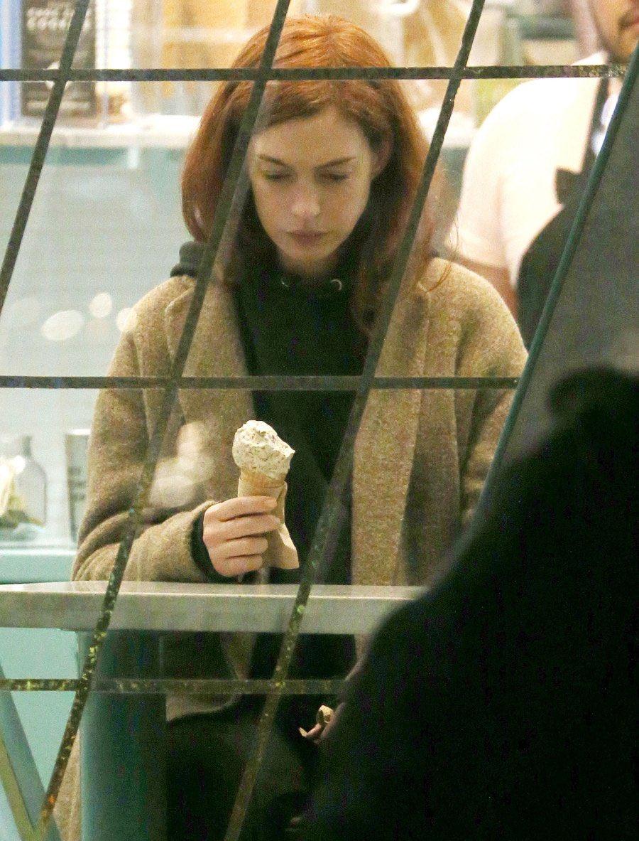 悲しそうな顔してアイス食べてるアンハサウェイ、何回見ても好き