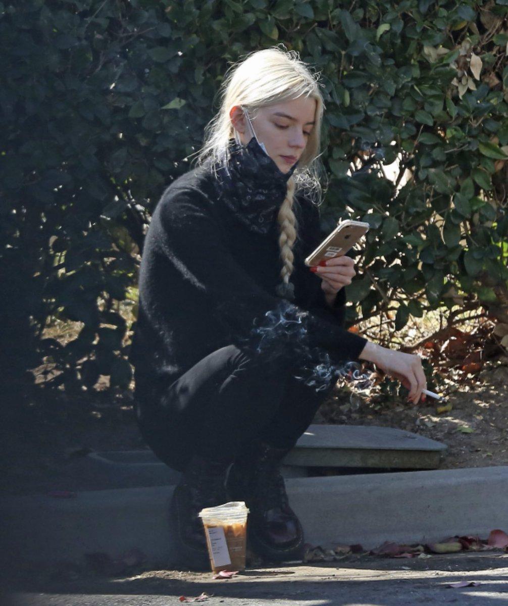 道端に座ってコーヒー飲みながらタバコ吸うアニャテイラージョイ、やってることそこら辺の不良と変わらないのにめちゃくちゃ画になるな