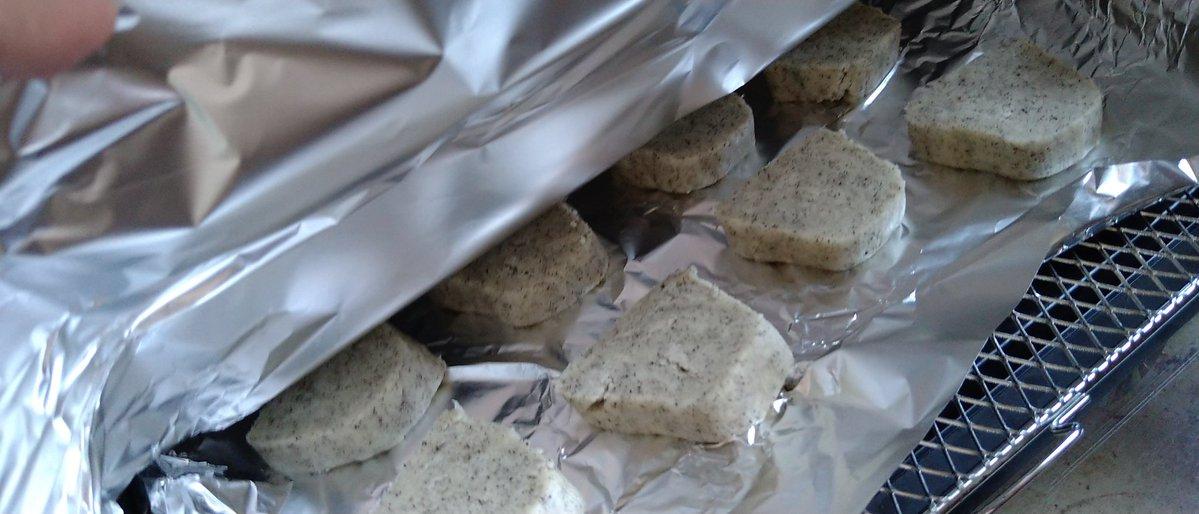 ホットケーキミックス100gにな、オリーブ油20gと牛乳大さじ2、砂糖大さじ1、塩ひとつまみ入れてな、塊にして棒状にして切ってな、トースターで10分アルミホイル被せて様子見ながら焼いて1分ホイル外して焼いたらハードクッキーになるんじゃ……
