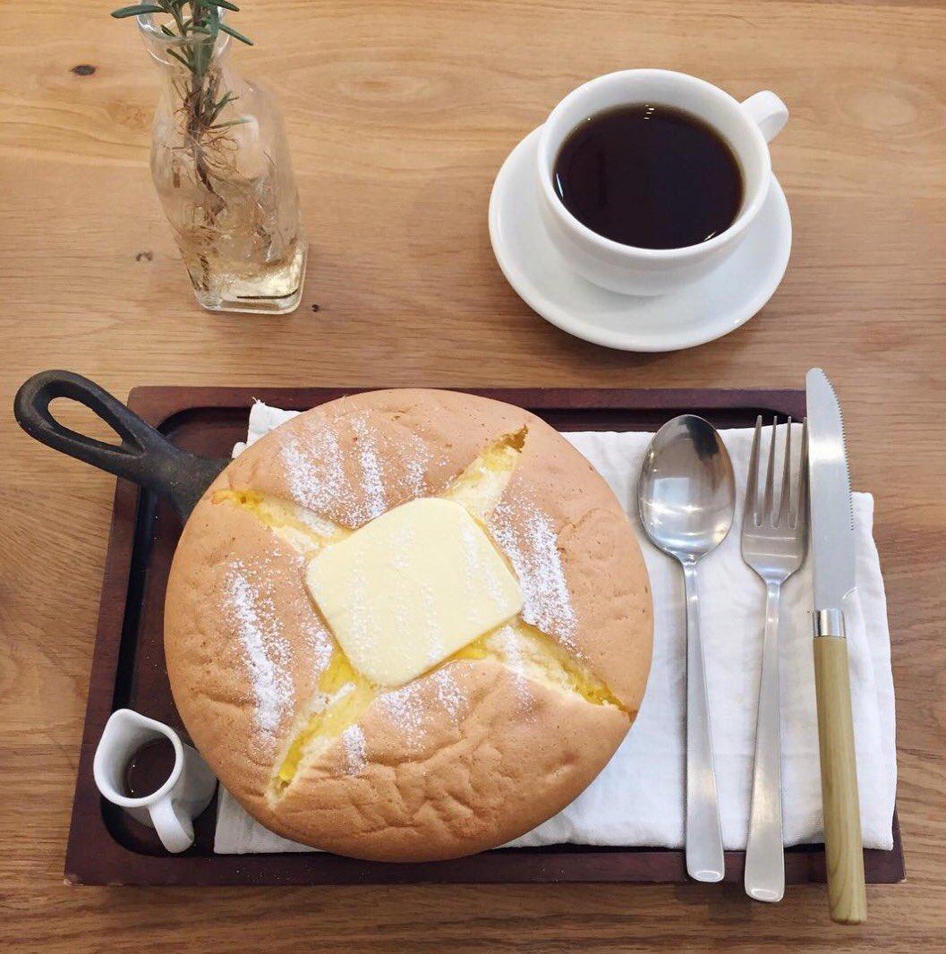 東京都ひばりケ丘にあるお店「Comma,coffee(コンマコーヒー)」の外側サクサク、中はフワフワのカステラパンケーキ✨