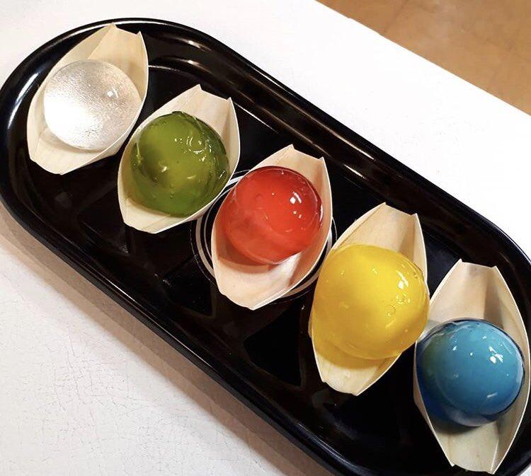 愛知県名古屋市上前津駅近くにあるお店「アンテナント」の、透き通った輝きと不思議なプルプル食感で冷んやり美味しい「ビ〜玉水まんじゅう」✨  味はいちご、パイン、ラムネ、抹茶、黒蜜きなこの5種類です