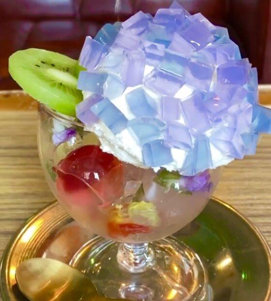 兵庫県神戸市みなと元町駅近くにあるお店「カフェデアゲンダ」の、見た目も美しくて夏にぴったりの「紫陽花のクレームダンジュ」✨