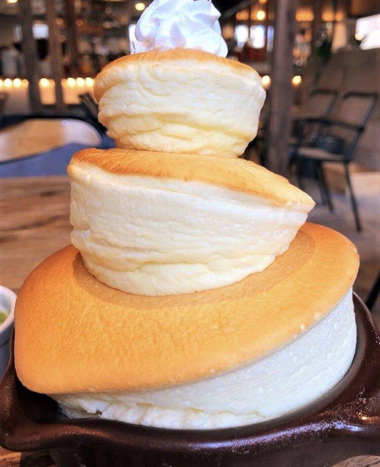 大阪市難波駅近くにあるお店「FUN SPACE DINER」の、ふわっふわのスフレケーキを3段重ねにした「ビッグなスフレ」✨  ベリーなど8種類のソースが付いてくるので、飽きずに食べられます