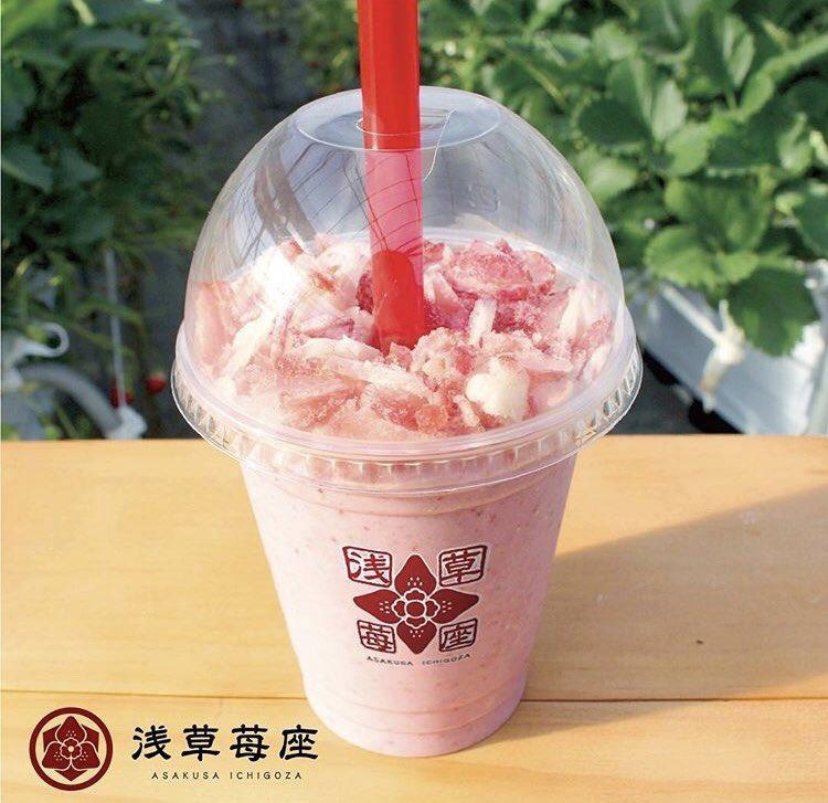 東京都浅草にあるお店「浅草苺座」の、1杯に完熟苺16個分を入れた「苺スムージー」と、凍らせた「厳選とちおとめ」を削り特製ジャムをかけた「苺座ガリ乙女」✨
