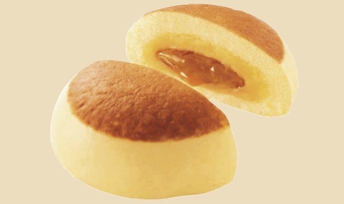 1月26日よりファミリーマートから、甘いケーキシロップが中から出てくるホットケーキのような中華まん「バター香るホットケーキまん」が新発売されます✨