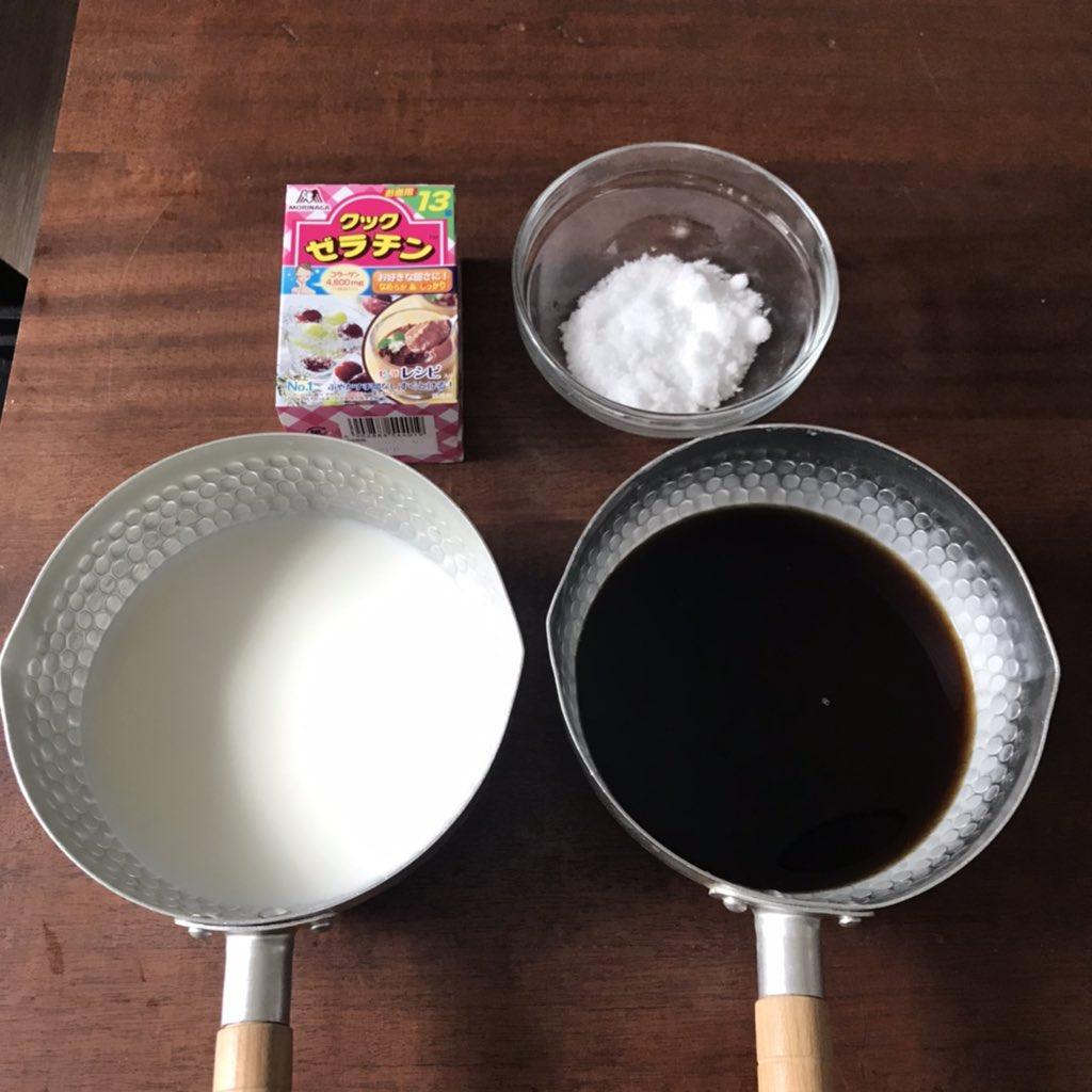 鍋Aに①を、鍋Bに粉ゼラチン1袋(5g)を入れ、よく混ぜ溶かす