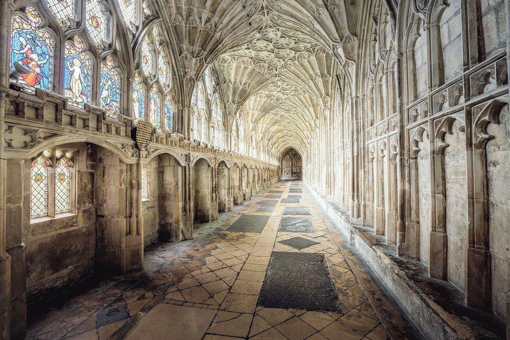 これは映画好きの方に お知らせなんやけど イギリスのグロスターに グロスター大聖堂っていう カテドラルがあって ぱっと見てすぐ気づく人も 多いと思うんやけど ハリーポッターに登場する ホグワーツ魔法魔術学校の ロケ地として使われており 間違いなく感動するはずなので 是非訪れていただきたい