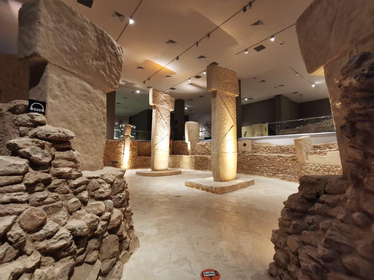 巨大アリーナのような考古学博物館の展示にまず言葉を失う